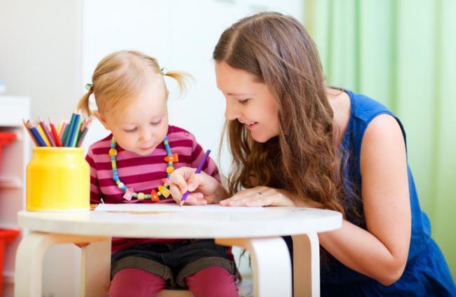 женщина рисует с девочкой