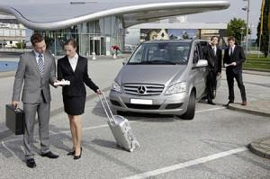 Рисунок, на котором компаньоны приехали на машине в аэропорт