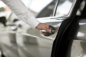 Рисунок, на котором мужчина открывает дверь авто