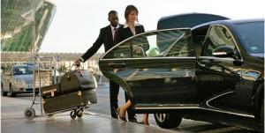 Изображение женщины, которая садится в машину после прилета на самолете