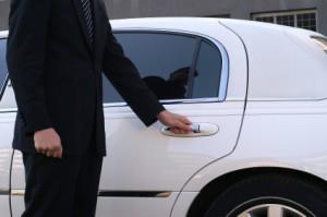 Рисунок водителя, который открывает дверь автомобиля