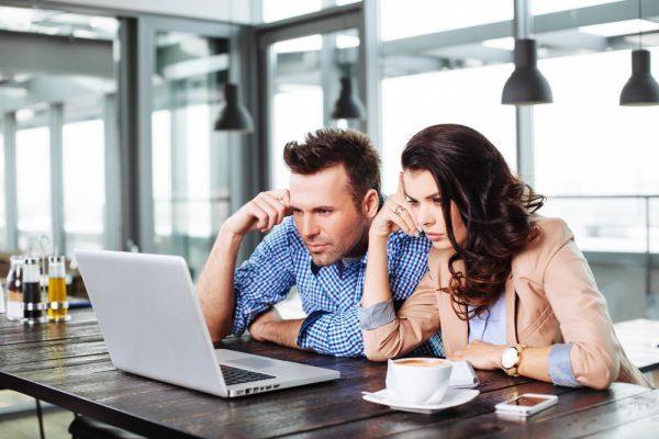 Женщина и мужчина за одним ноутбуком