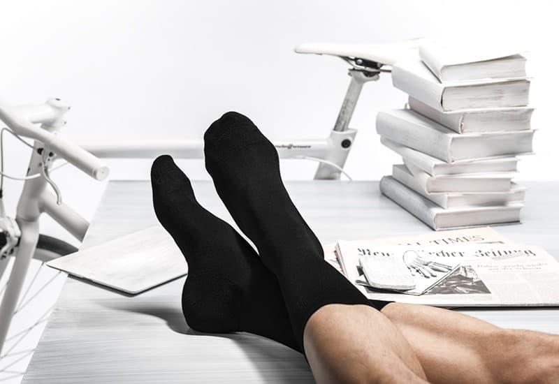 Фото 4. Черные носки – непременный атрибут любого бизнесмена. Источник: /installationmag.com