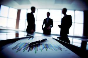 Фото бизнесменов за столом совещания