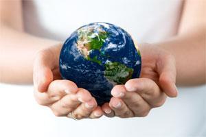 Девушка держит в руках глобус