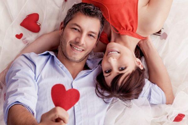 Мужчина и женщина в обнимку, красные сердечки