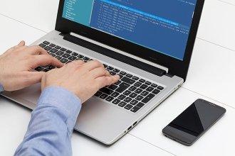 Мужчина работает с программой на ноутбуке