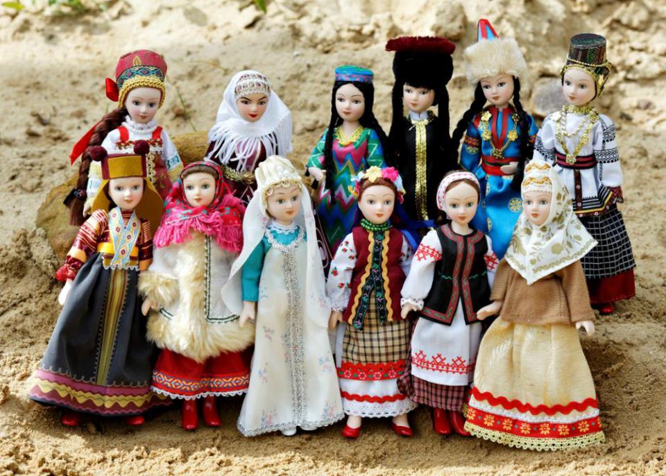 Колоритные национальные куклы для туристов