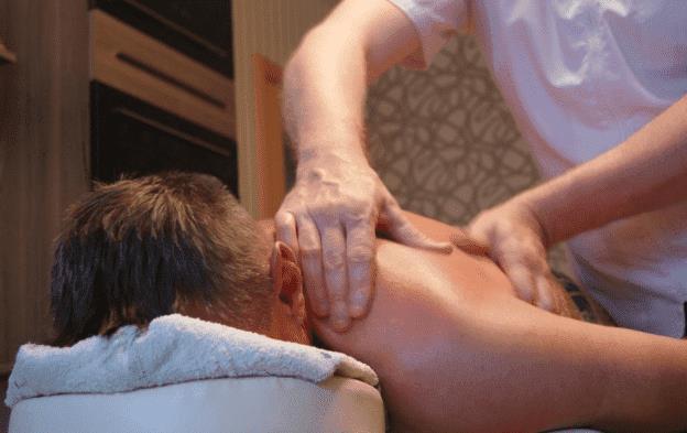 На фото: Бизнес-идея для мужчин: массаж на дому