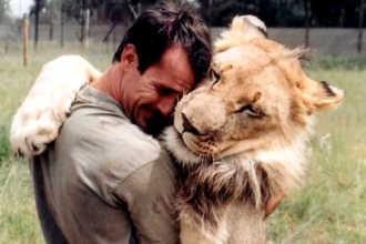 Зоолог обнимает льва