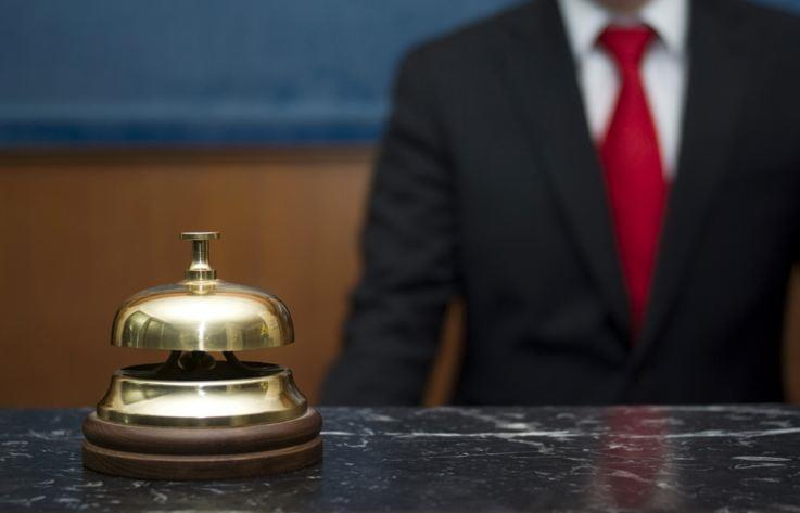 Человек в костюме и отельный звоночек
