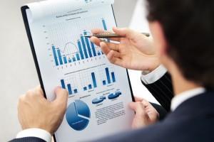 Изображение сотрудников, которые анализируют построенные диаграммы