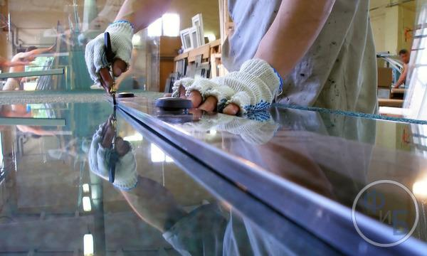 Резка стекла и зеркал в гаражной стекольной мастерской