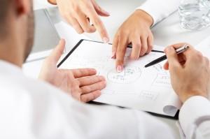 Рисунок, на котором люди обсуждают приобретение бизнеса