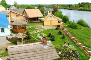 Рисунок домиков в деревне у речки