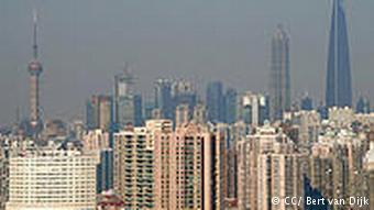 Вид на жилые районы и небоскребы Шанхая