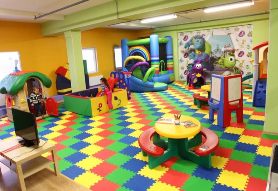 Правильный проект и хорошо организованное внутреннее пространство в детском кафе.