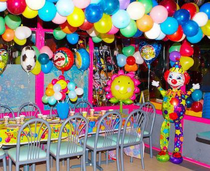 Декорации в детском кафе подготовленного к празднованию Дня Рождения.