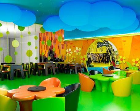 Дизайн помещения в светлых тонах для открытия детского кафе.