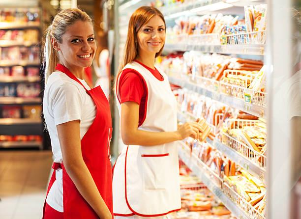 Персонал продуктового магазина