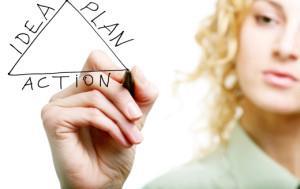 Изображение, на котором женщина рисует план своего бизнеса