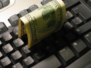 Фото денег на клавиатуре
