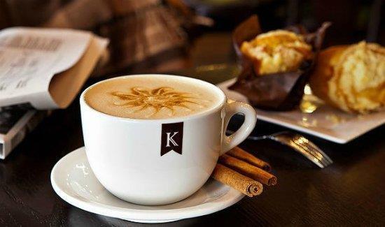 Кофе с корицей и выпечка