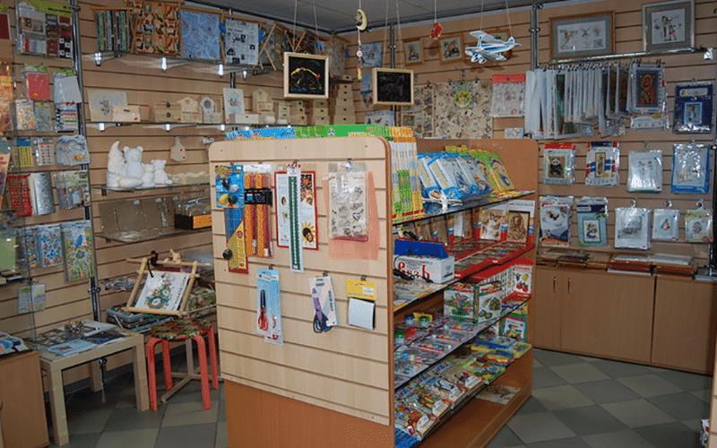 Рисунок 1. В ассортимент магазина «Сделай сам» стоит включить товары для творчества профессионалов и любителей в разных ценовых категориях. Источник: сайт БизнесТоп
