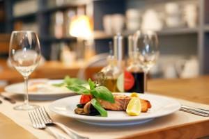 Фото красивого блюда из красной рыбы поданного в ресторане