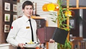 Фото официанта с блюдо и меню в ресторане