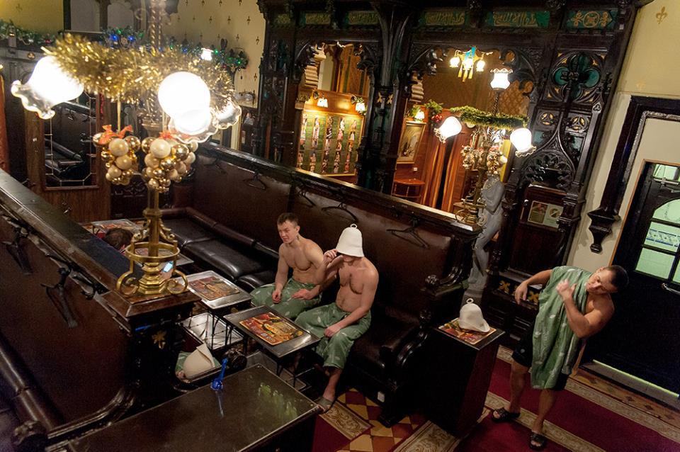 Готический зал в высшем разряде Сандуновских бань - здесь едят, пьют чай и отдыхают между заходами в парную