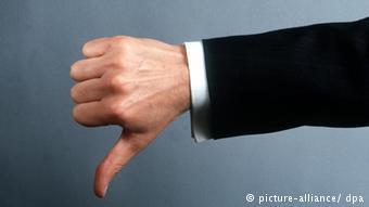 Жест: большой палец, опущенный вниз