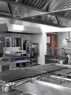 Кухня ресторана оснащенная необходимым оборудованием для приготовления блюд.