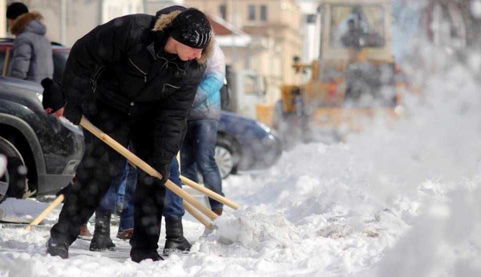 uborka snega 2 1024x590 - 7 идей зимнего бизнеса
