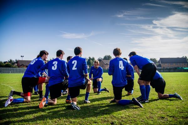 Идеально, когда у команды есть две общих цели — качественная и количественная. Например, выиграть 100 матчей за год и стать лучшей футбольной командой страны. Цель должна быть известна, приниматься и разделяться каждым участником команды.