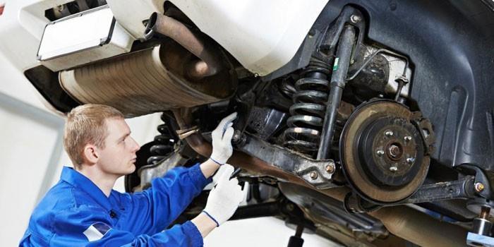 Парень ремонтирует автомобиль