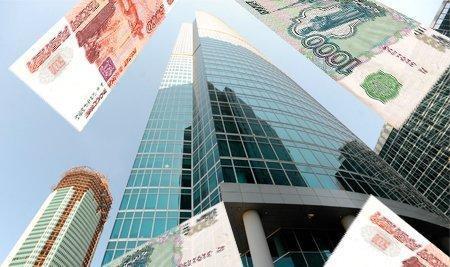 Российские денежные купюры на фоне небоскреба