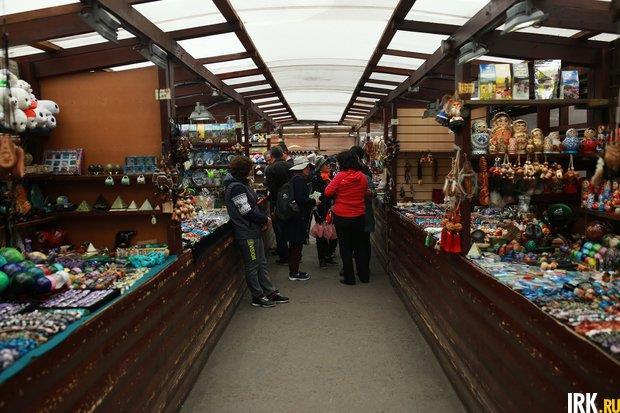 Туристы на рынке в Листвянке. Автор фото — Регина Ступурайте