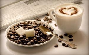 Изображение чашки с кофе и блюдца, наполненного зернами кофе и кусочками сахара