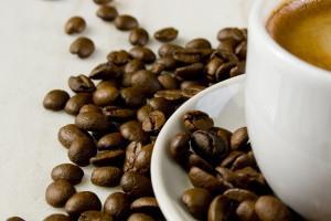 Рисунок зерен кофе на блюдце с чашкой напитка