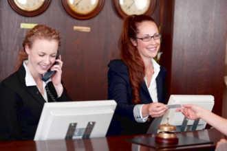 Администраторы на стойке гостиницы