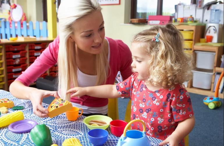 Воспитатель учит ребенка