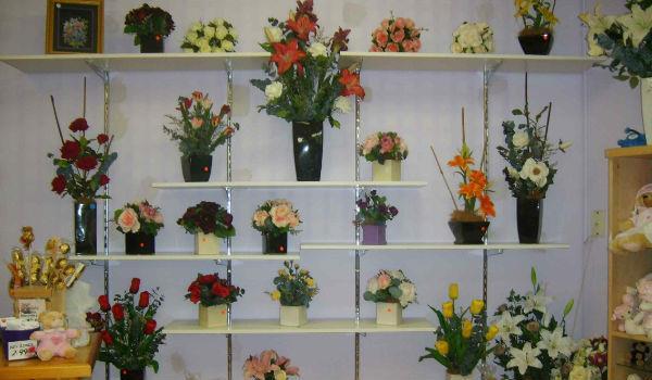 пример расположения цветочных стеллажей