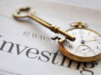 Фото ключа и секундомера символизирующих время и деньги