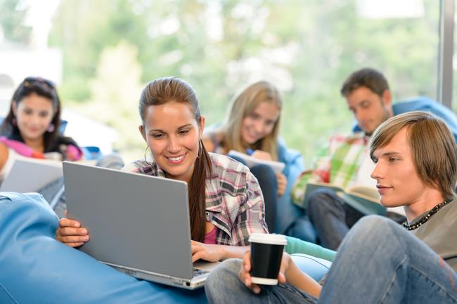 Молодые люди с компьютером.