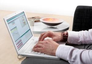 Изображение, на котором мужчина работает на ноутбуке