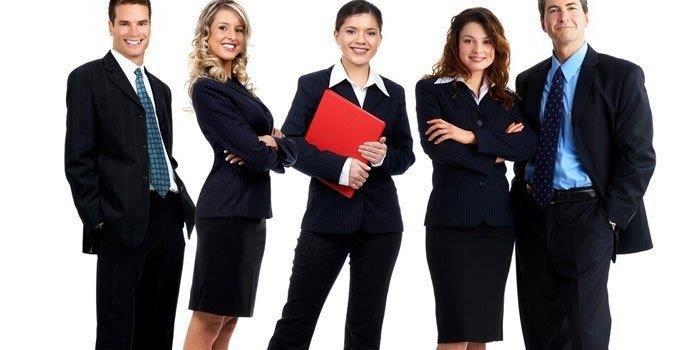 Мужчины и женщины в деловых костюмах