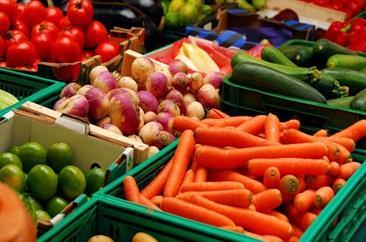 Овощи для продажи в продуктовом магазине.